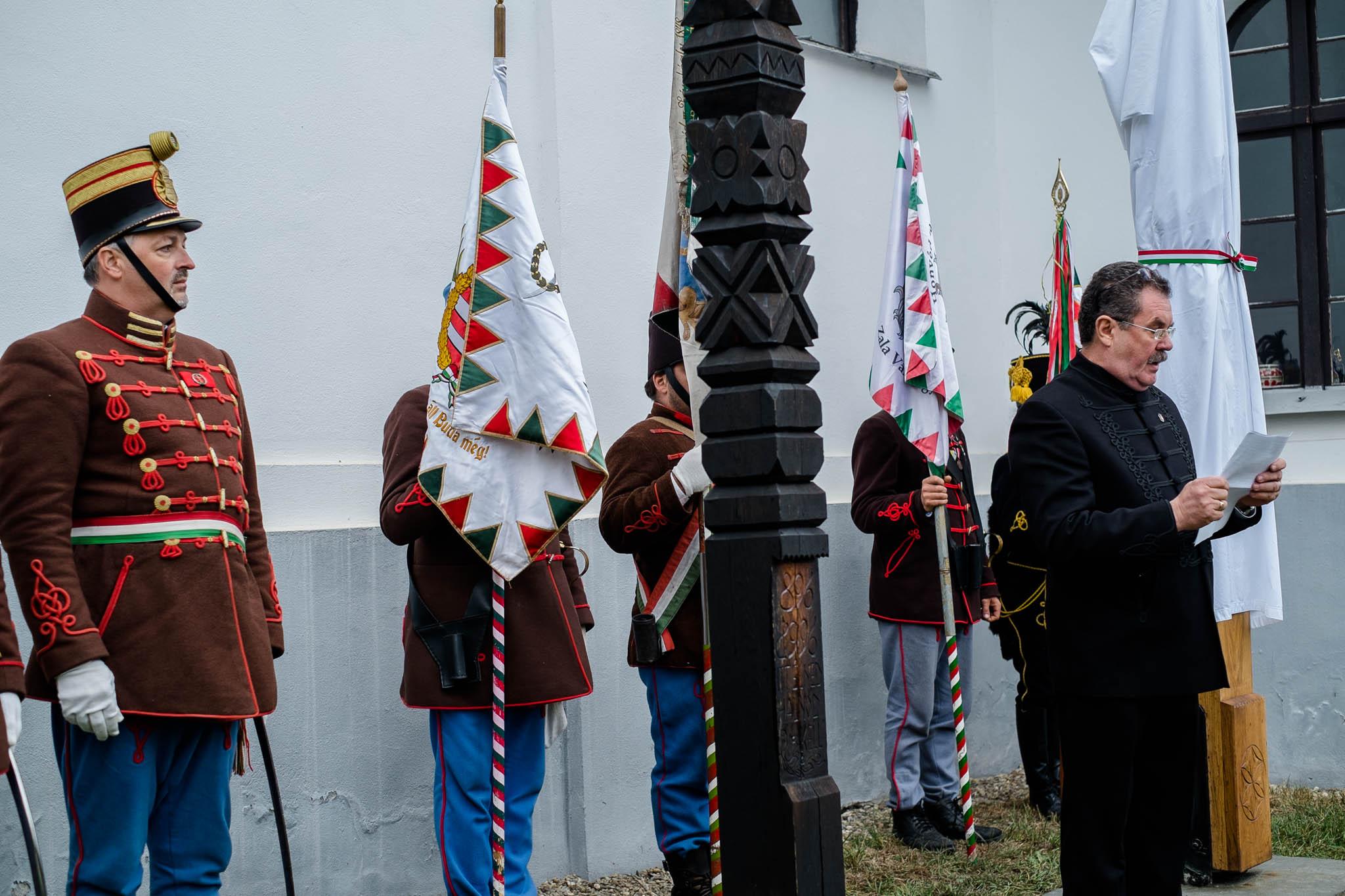 Kopjafa avatás Bardocon - Balázsi Dénes polgármester (fotó: Magyarország Csíkszeredai Konzulátusa)