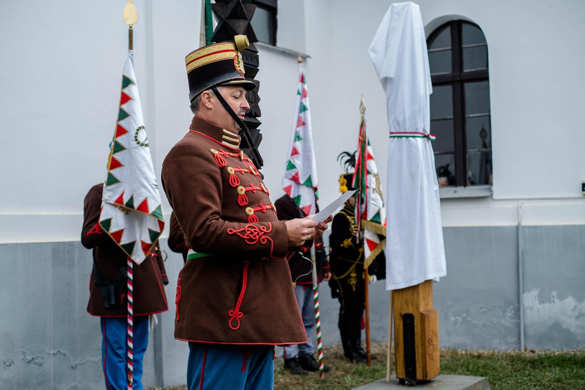 Kopjafa avatás Bardocon - Berlinger Gábor hő. százados (fotó: Magyarország Csíkszeredai Konzulátusa)