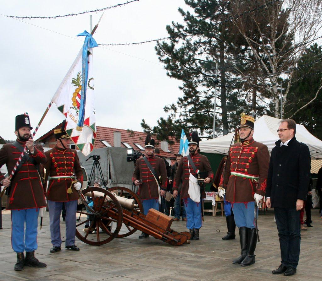 Dr. Hoppál Péter államtitkárt fogadja a Budai 2. Honvédzászlóalj Budakeszin