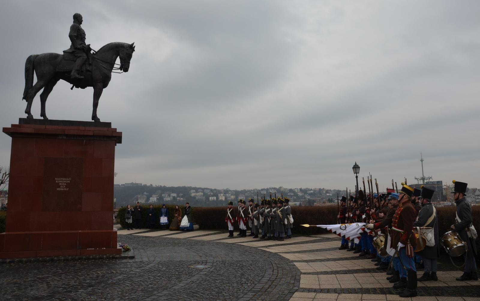 Tisztelgés a Görgei szobornál