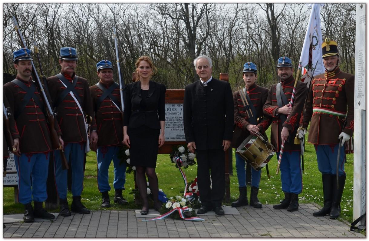 Kiss Zoltán ejtőernyős százados sírhelyénél a Budai 2. Honvédzászlóalj