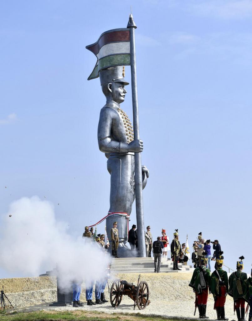 Miskahuszár szoboravató -Budai 2. Honvédzászlóalj tüzérütege -fotó: MTI-Illyés Tibor