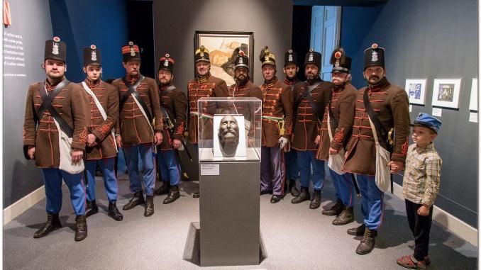 Görgei halotti maszkja előtt a Budai 2. Honvédzászlóalj hagyományőrzői