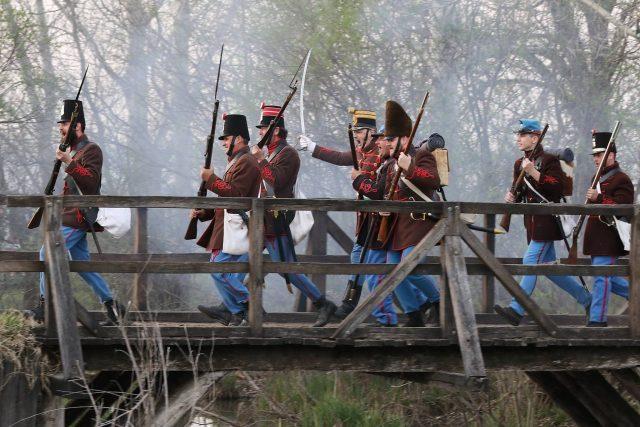 Tápióbicskei csata - a budai 2. honvédzászlóalj hagyományőrzői a hídon